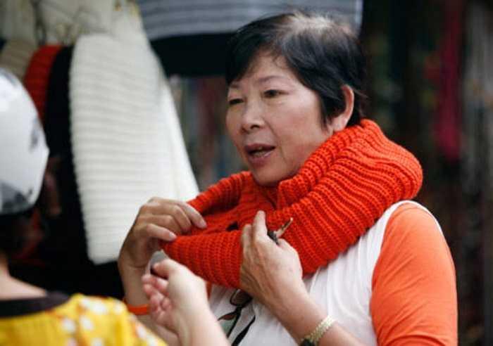 Nhiều người đã tìm đến những con phố bán đồ mùa để mua đồ giữu ấm cho mùa đông sắp tới.