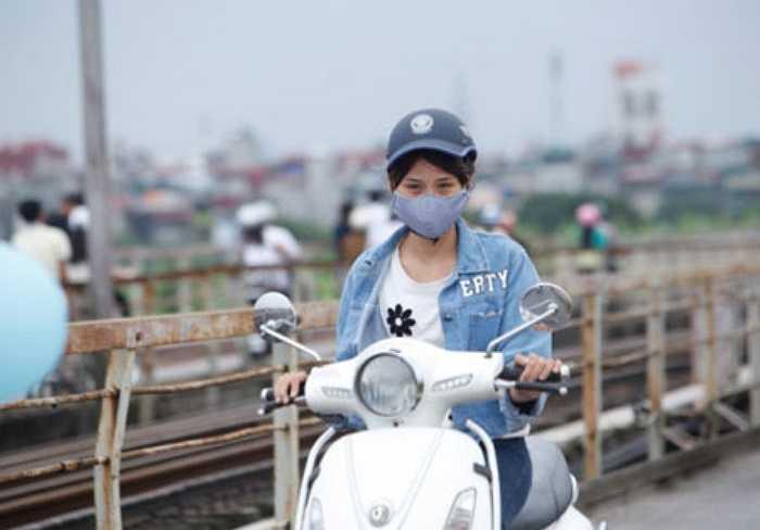 Thiếu nữ thảnh thơi, dạo bước trên phố cổ của Hà Nội trong không khí mát mẻ.