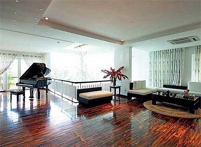 Phòng khách trong căn biệt thự của Hồ Ngọc Hà nổi bật với bộ sofa màu tím
