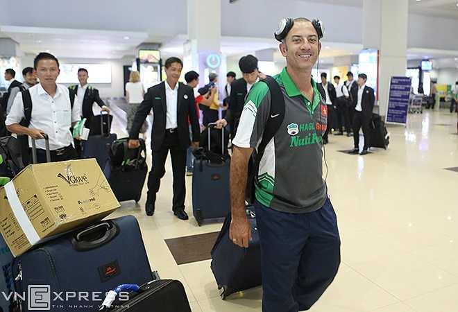 U19 Việt Nam bay chặng 1 từ Tân Sơn Nhất (TP.HCM) đi cố Yangon. Sau đó di chuyển tới cảng nội đia để bay tới thủ đô Nay Pyi Taw.