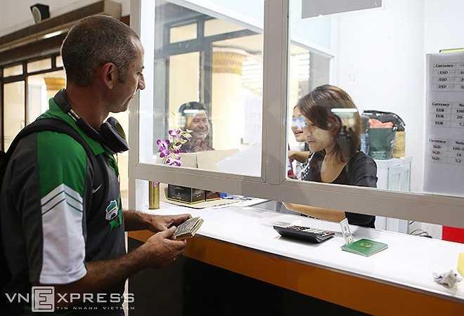 Thầy Giôm đổi tiền và mua sim điển thoại để có thể sớm liên lạc với gia đình và báo cáo công việc lên cấp trên.