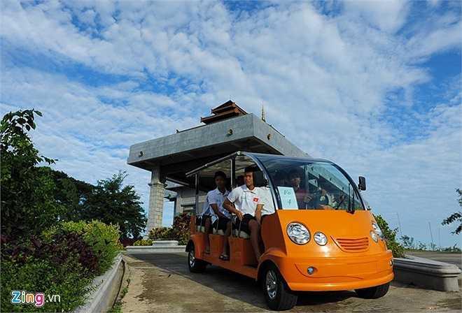 Các cầu thủ U19 Việt Nam đi dạo xung quanh khách sạn bằng xe điện.  7h sáng , đội tập trung ở khu vực ăn sáng.
