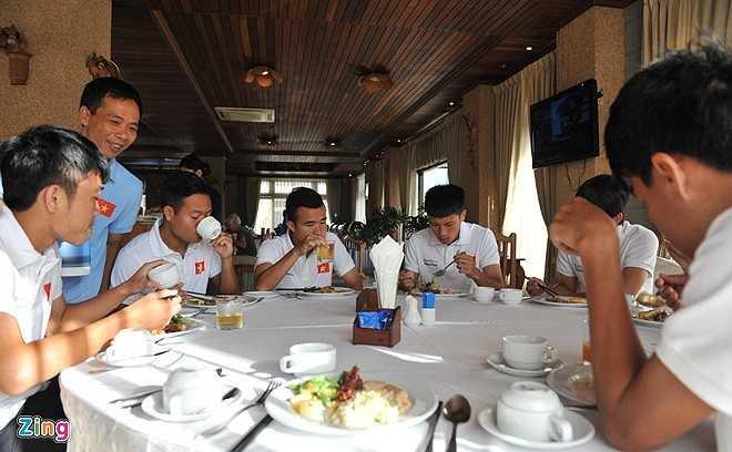 Bữa sáng buffet tự chọn giữa hàng trăm món của khách sạn