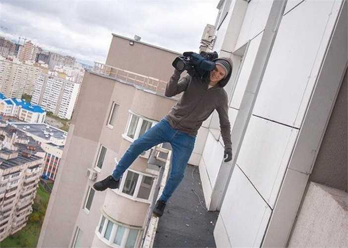 Chàng quay phim khiến người xem thót tim với màn tạo dáng không giống ai