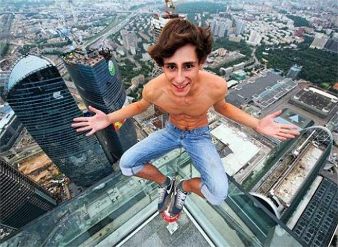 Chàng trai này hiện khá nổi tiếng trên mạng nhờ thường xuyên đăng tải các bức hình được chụp trên nóc nhà, đỉnh tòa tháp với khuôn mặt tràn đầy tự tin, vui sướng.