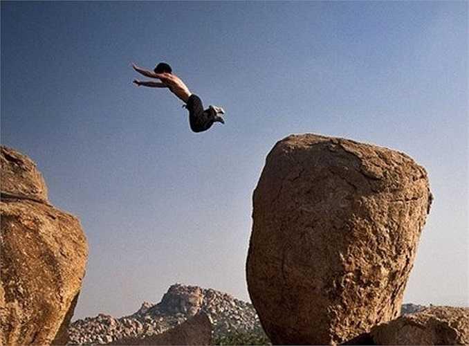 Bức ảnh này khiến không ít người phẫn nộ khi anh chàng thản nhiên nhảy từ đỉnh núi xuống chỉ để có được một khuôn hình đẹp