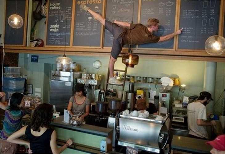 Chàng bồi bàn không quên tạo dáng như vũ công mặc dù đang trong thời gian làm việc.