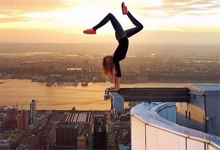 Nữ sinh này không những leo lên độ cao chóng mặt mà còn tạo dáng nguy hiểm chết người.