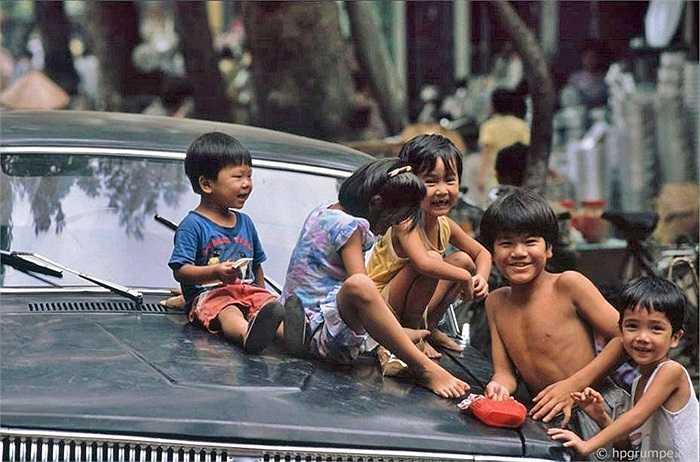 Ở Hà Nội vài tuần trong mùa hè năm 1991, nhiếp ảnh gia người Đức Reisen khá ấn tượng với lũ trẻ con mà ông gặp khắp mọi nơi trong thành phố.
