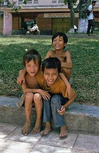 Theo Reisen, trẻ con ở Hà Nội đen nhẻm và gầy gò, bọn con trai thường cởi trần trùng trục và chỗ chơi của bọn trẻ chủ yếu là trên vỉa hè.