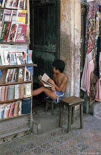 Một vài cửa hiệu cho thuê truyện mà Reisen tình cờ gặp đều có trẻ em ngồi đọc.