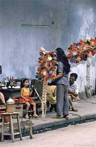 Một món đồ chơi trung thu của trẻ em được bán dạo trên các phố.