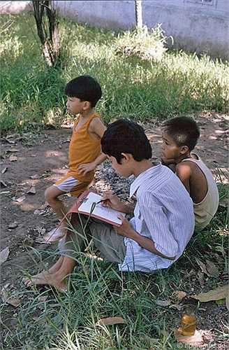 Một số nơi yên tĩnh như công viên, ven hồ... luôn có trẻ em ngồi học.