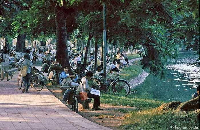 Ghế đá ven hồ luôn chật kín những người già hóng mát và học sinh ngồi học bài.