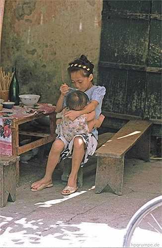 Chị trông em cũng là hình ảnh mà nhà nhiếp ảnh người Đức hay bắt gặp ở Hà Nội.