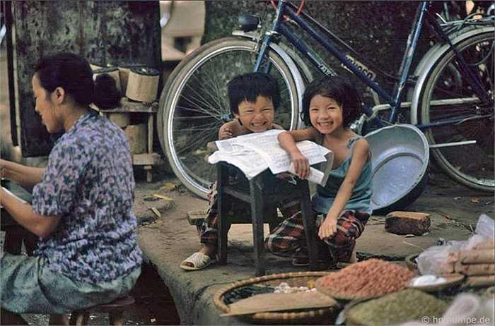 Một số trẻ em ngồi học ngay chỗ cha mẹ làm việc hoặc bán hàng. Bọn chúng luôn cười mỗi khi gặp người nước ngoài.