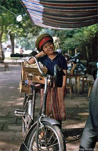 Dù phải đi bán hàng, những đứa trẻ vẫn nở nụ cười hồn nhiên khi được chụp ảnh.