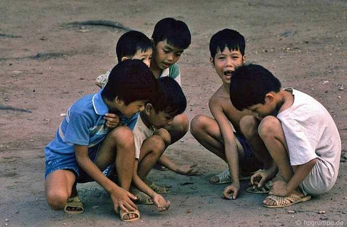 Ở một nơi có nền đất, bọn con trai thường tụ tập dăm bảy đứa chơi trò bắn những viên bi vào nhau.