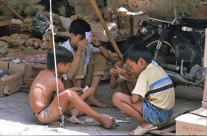Những nhóm 4 đứa như thế này chơi đánh bài.
