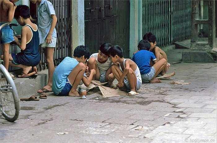 Tại một góc phố khác, Reisen gặp những đứa trẻ túm tụm tự làm diều giấy bằng que tre, giấy vở và hồ dán.