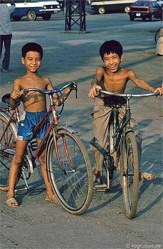 Nhiều đứa trẻ chỉ cao hơn yên xe chút xíu nhưng đạp xe khá tốt bằng cách ngồi vào giữa khung và khuỳnh chân ra 2 bên.