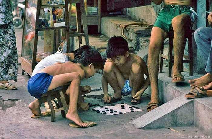 Trẻ con cũng tập chơi cờ tướng trên vỉa hè.