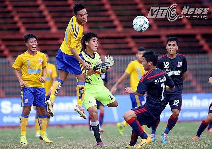 Sự vượt trội trội ấy thể hiện qua thời lượng kiểm soát bóng và bàn thắng rất sớm của Công Thành ở phút thứ 7