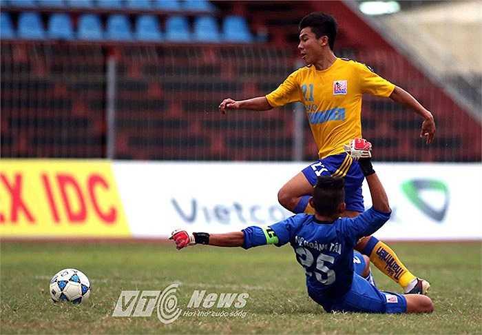 Ở trận đấu cùng giờ, U21 SHB Đà Nẵng cất một số trụ cột trên băng ghế dự bị và bất ngờ để thua U21 Khánh Hòa 1-3