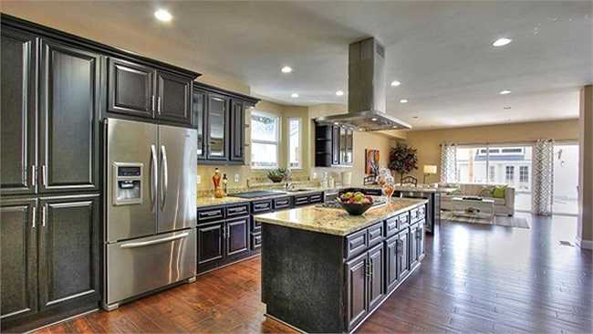 Những đồ đạc có tông màu nâu giúp căn bếp trở nên sang trọng, ấm cúng và sạch sẽ