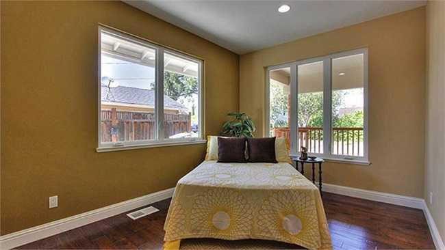 Phòng ngủ của vợ chồng Đan Trường được thiết kế đơn giản với những ô cửa kính có thể nhìn thẳng ra khu vườn