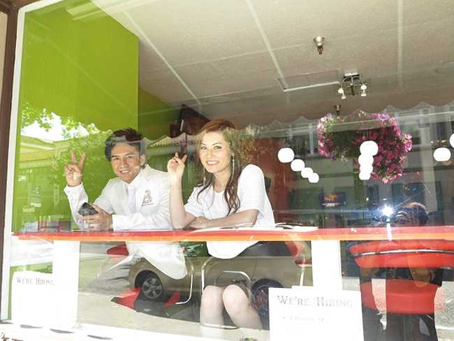 Đan Trường - Thủy Tiên tạo dáng trong nhà hàng của họ ở San Jose