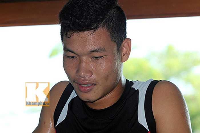 Mồ hôi đầm đìa trên khuôn mặt cầu thủ gốc Quảng Nam