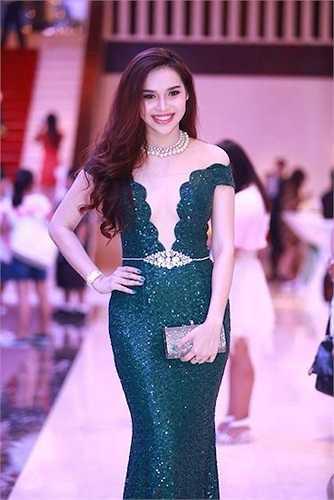 Hoa hậu Đông Nam Á Diệu Hân vô tình tạo điểm nhấn không cần thiết tại vòng eo làm giảm vẻ sang trọng của bộ đầm dạ hội ánh nhũ. Không chỉ vậy, thắt lưng đính hạt khá lỗi mốt khiến người mặc trở nên thiếu tinh tế vì có quá nhiều điểm nhấn trên một trang phục.