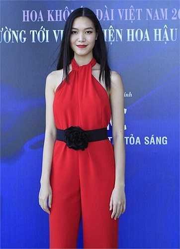 Chiếc thắt lưng hoa trên trang phục của hoa hậu Thùy Dung cũng đem đến hình ảnh kém thanh thoát. Phụ kiện này không tôn vinh được vóc dáng của người đẹp.