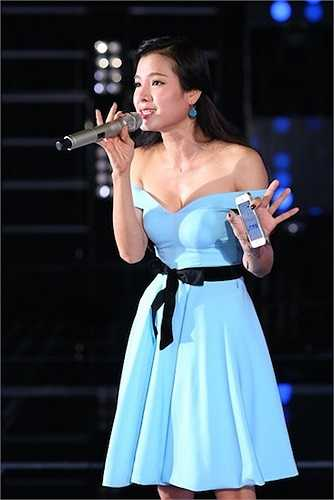 Thắt lưng nơ chất liệu ruy băng của ca sỹ Phương Trinh vô tình lạc tông trên bộ váy nữ tính, sang trọng. Điểm nhấn kém hoàn hảo này khiến tổng thể mất đi vẻ thanh lịch, tinh tế cần thiết.