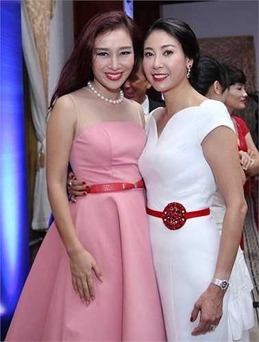 Cặp đôi Thúy Hằng - Thúy Hạnh thường xuyên xuất hiện với bộ trang phục họa tiết quê mùa, kèm theo là bộ phụ kiện hoa tai, vòng cổ lỗi thời.  Theo Zing