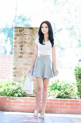 Người đẹp rất háo hức và chuẩn bị rất kỹ lưỡng cho buổi gặp gỡ này. Cô chọn áo crop-top bó đơn giản và váy ngắn trẻ trung, khoe đôi chân dài và ba vòng gợi cảm.