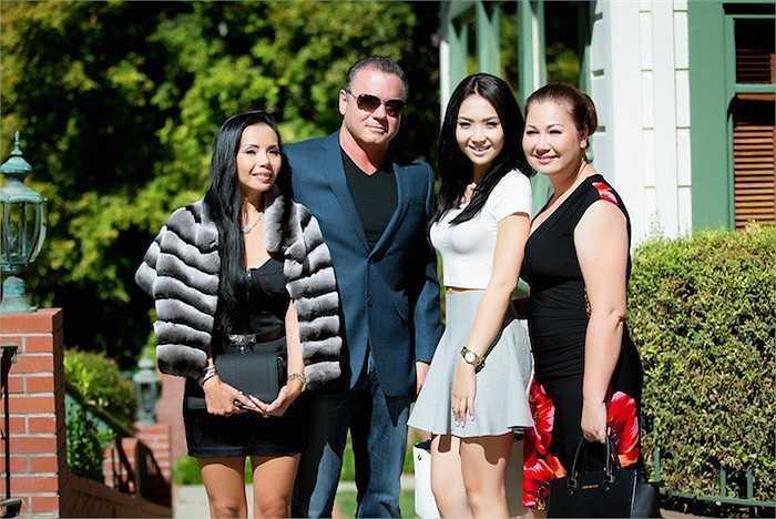 Jennifer Chung và mẹ cùng hai vợ chồng ông John Stauffer.