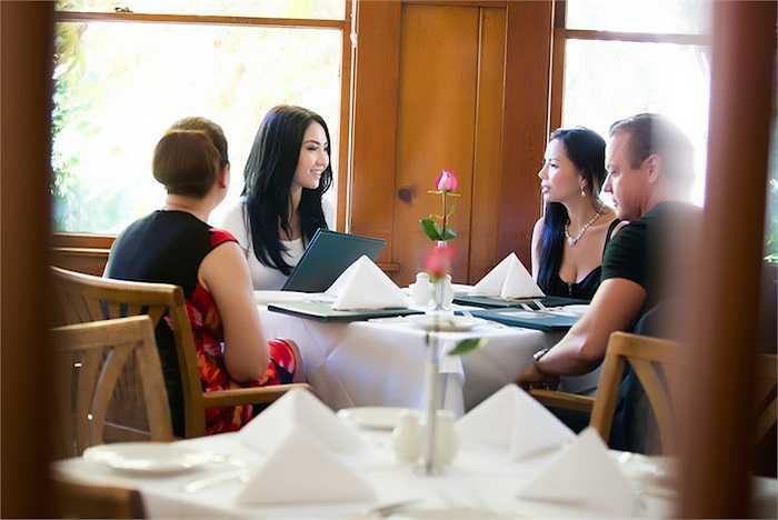 Hoa hậu Jennier Chung chia sẻ rằng cô là một phụ nữ trẻ với đầy nhiệt huyết muốn tiến thân trên thương trường bằng trí thông minh của mình.