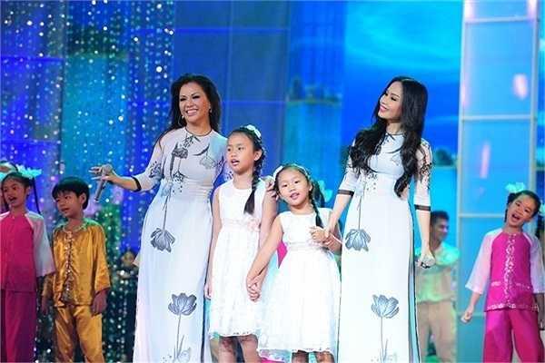 Ba chị em đều được thừa hưởng dòng máu yêu ca hát từ gia đình và được nuôi dưỡng niềm đam mê từ nhỏ.