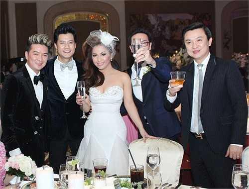 Minh Tuyết nổi tiếng là thành viên xinh đẹp, sexy nhất trong 3 chị em. Đầu năm 2013, nữ ca sĩ này cũng đã lên xe hoa với một doanh nhân Việt kiều khá giàu có tại Mỹ.