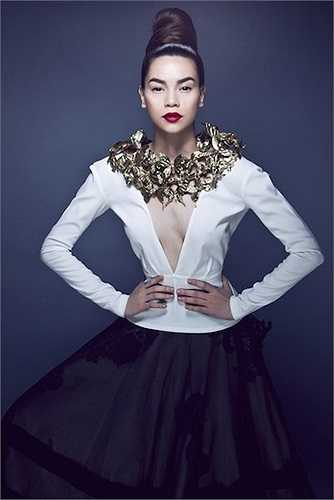 Bức ảnh của Hà Hồ bị cư dân mạng nhận xét photoshop quá tay, biến nữ hoàng giải trí thành dị nhân với vòng eo nhỏ chỉ bằng nửa độ dài của vai và vòng một méo mó qua lớp voan mỏng.