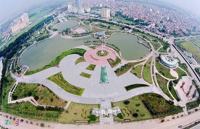 Năm 2000, kỷ niệm 990 năm Thăng Long - Hà Nội, thủ đô vinh dự được UNESCO trao tặng danh hiệu 'Thành phố vì hòa bình'. Để tạo dựng một biểu tượng, thành phố đã quyết định xây dựng công viên mang tên Hòa Bình rộng trên 20 ha tại phường Xuân Đỉnh, quận Bắc Từ Liêm (lúc đó là huyện Từ Liêm).