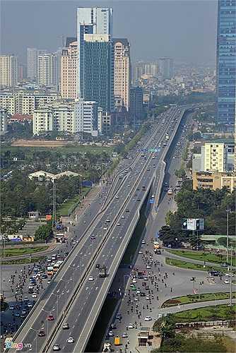 Dự án đường trên cao vành đai 3 từ phía bắc hồ Linh Đàm đến cầu vượt Mai Dịch được khởi công tháng 6/2010 là tuyến đường trên cao hiện đại nhất Việt Nam. Đường dài gần 9 km, gồm 385 m đường dẫn và 8.527 m cầu cạn chạy suốt, tốc độ xe chạy lên tới 80 km/h.