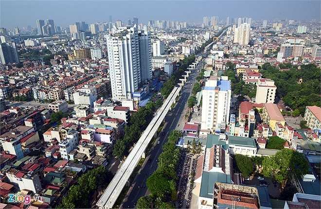 Đường sắt trên cao đang xây dựng trong sự chờ đợi của người dân thủ đô. Tổng cộng có 6 dự án đường sắt trên cao và metro chạy quanh Hà Nội đã được phê duyệt. Tuy nhiên, đến nay mới chỉ có dự án 2A Cát Linh - Hà Đông dài 14 km thành hình, các tuyến còn lại mới chỉ khởi công hoặc chưa thể triển khai. Loại hình giao thông mới được kỳ vọng trở thành phương tiện di chuyển chủ lực của thành phố nhằm giảm tải, thay thế cho nhiều loại hình phương tiện giao thông công cộng khác, đưa hạ tầng giao thông Hà