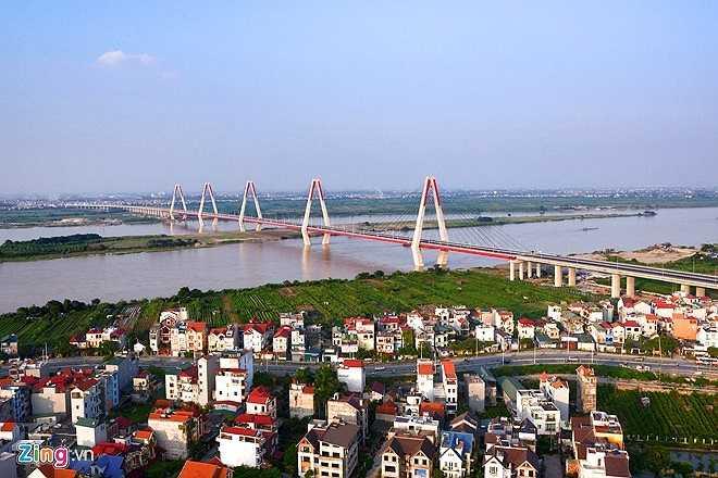 Dự án cầu Nhật Tân có tổng mức đầu tư hơn 13.600 tỷ đồng, gồm vốn vay từ cơ quan hợp tác quốc tế Nhật Bản – JICA và vốn đối ứng của Chính phủ Việt Nam. Phần chính của cầu gồm dây văng liên tục 5 trụ tháp với tổng chiều dài 1.500 m. Đây là cây cầu lớn thứ 3 bắc qua sông Hồng những năm đầu thế kỷ 21 (sau cầu Vĩnh Tuy và cầu Thanh Trì).