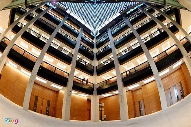 Công trình cao 39 m, có kiến trúc hình vuông, hội trường lớn hình tròn ở giữa; tòa nhà gồm 2 tầng hầm và 5 tầng nổi, tổng diện tích sàn trên 60.000 m2.