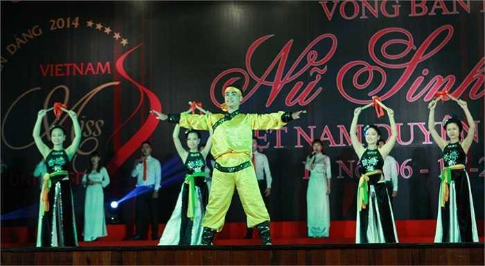 Tối 6/10, đông đảo khán giả đã có mặt tại Học viện Thanh thiếu niên Việt Nam (Hà Nội) để theo dõi và cổ vũ cho 32 nữ sinh xuất sắc nhất khu vực Miền Bắc trong phần thi trình diễn áo dài.