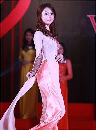 Sau phần thi tài năng, 32 cô gái xinh đẹp lại có dịp được thể hiện nét đẹp dịu dàng, đằm thắm của người con gái Việt Nam qua trang phục áo dài truyền thống
