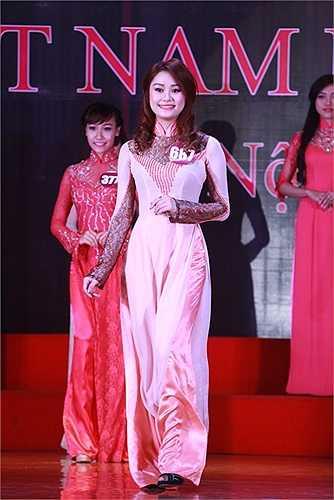 Tà áo dài truyền thống càng tôn thêm vẻ đẹp của người con gái Việt